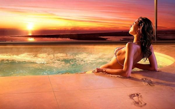 Девушка лежит в бассейне